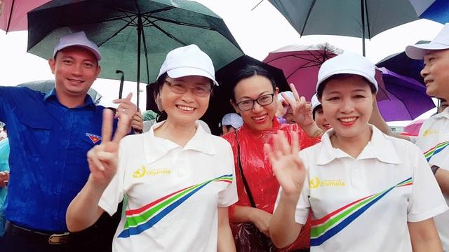 Bà Đỗ Thị Hoàng, Phó bí thư tỉnh ủy hòa cùng niềm vui chiến thắng với mọi người