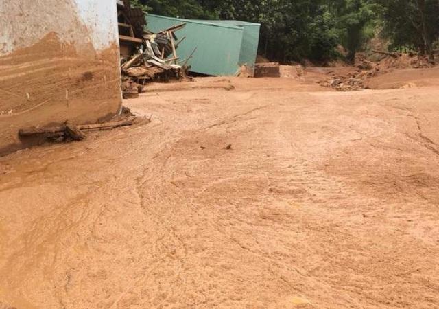 Bùn đất tấn công nhà dân