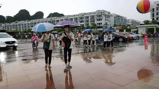 Dù trời mưa to nhưng hàng nghìn học sinh vẫn đổ về Quảng trường 30/10
