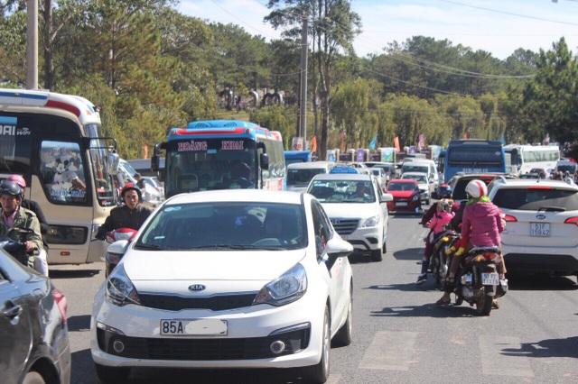 Du khách ùn ùn đổ về trung tâm và các điểm du lịch của TP Đà Lạt khiến một số đoạn đường ách tắc cục bộ