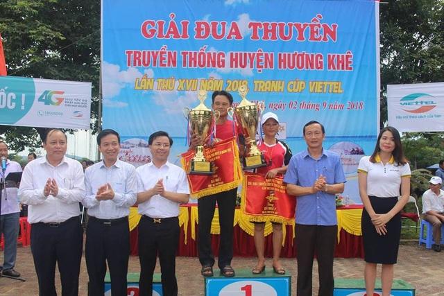 Ban tổ chức trao giải nhất cho đội nam và đội nữ