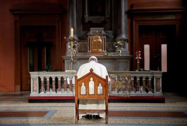 Giáo hoàng Francis đặt nến để tưởng nhớ các nạn nhân bị lạm dụng tình dục trong chuyến thăm Dublin, Ireland.
