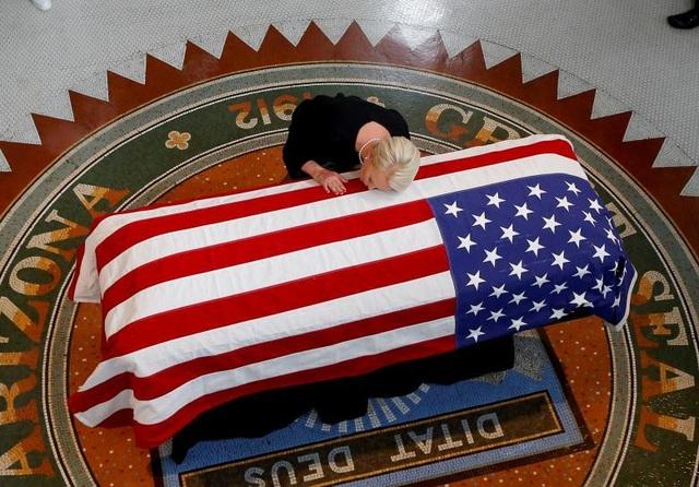 Bà Cindy McCain, phu nhân của Thượng nghị sĩ John McCain, hôn quan tài của chồng tại lễ tưởng niệm ở Phoenix, bang Arizona.
