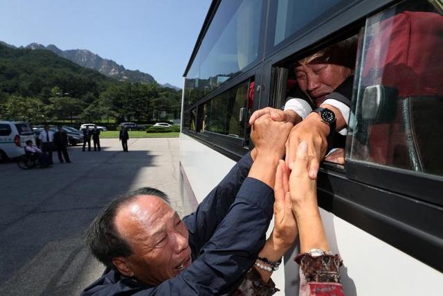Người Hàn Quốc và Triều Tiên lưu luyến ngày chia tay sau thời gian đoàn tụ dành cho các gia đình ly tán tại Núi Kumgang, Triều Tiên.