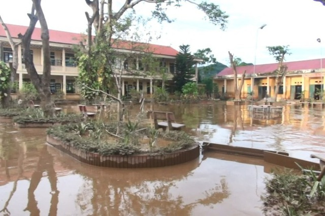 Lũ rút, bùn đất tấn công trường học