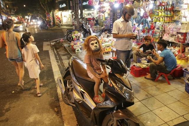 Chợ Trung thu phố cổ Hà Nội đông nghịt người - 11