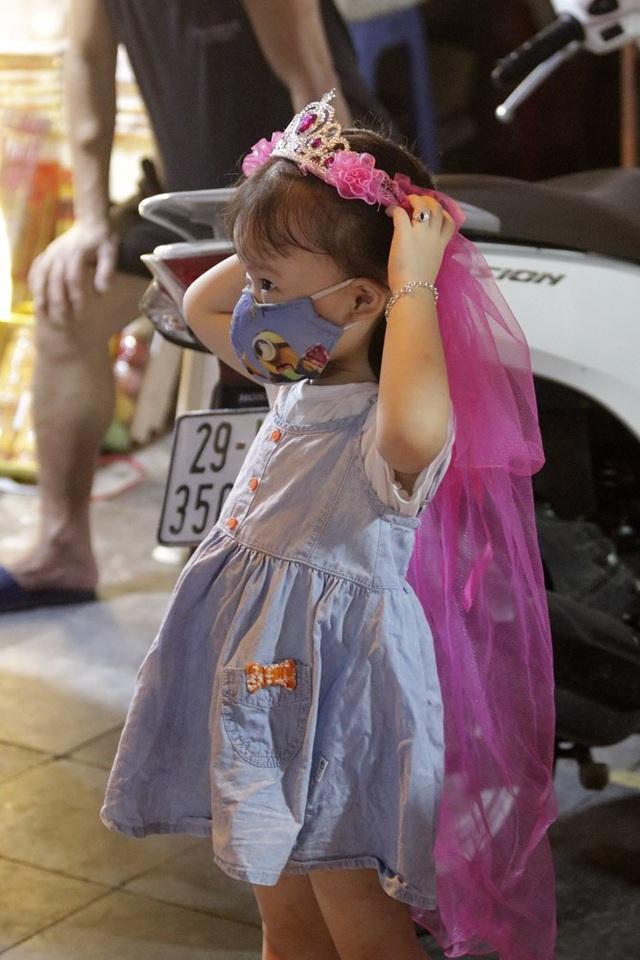 Bé gái được phụ huynh sắm cho món đồ chơi Trung thu sớm.