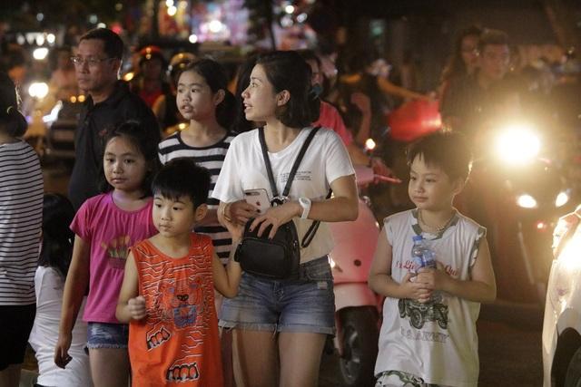 Chợ Trung thu phố cổ Hà Nội đông nghịt người - 7