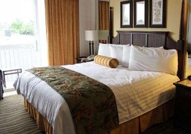 Với 4 chiếc gối cho 2 người nằm trong khách sạn, bạn nên sử dụng một chiếc gối to để gối đầu và chiếc gối nhỏ còn lại để lót dưới chân.