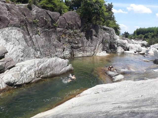 Đoạn suối Trà Bói đẹp nhất kéo dài hơn 1 km với những dòng thác, bờ đá, hồ nước tự nhiên tuyệt đẹp. Bắt nguồn từ giữa đại ngàn nên khi về đến đây dòng nước suối Trà Bói luôn mát lạnh, trong vắt ngay cả vào những buổi trưa nóng bức nhất.