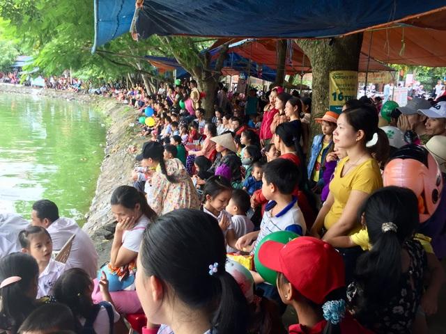 Hàng ngàn người dân tập trung xung quanh bờ hồ để cổ vũ cho các đội