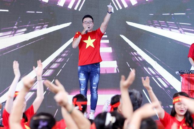 """""""Xin được cảm ơn ông Park Hang Seo. Cảm ơn ông đã đưa bóng đá Việt Nam đến một tầm khác. Hãy kệ những lời nói mu muội, thiếu suy nghĩ... và hãy tiếp tục đồng hàng cùng chúng tôi nhé"""", Quốc Duy nói."""