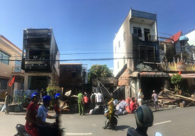 Tài sản trong hai căn nhà lầu này bị lửa thiêu cháy hoàn toàn