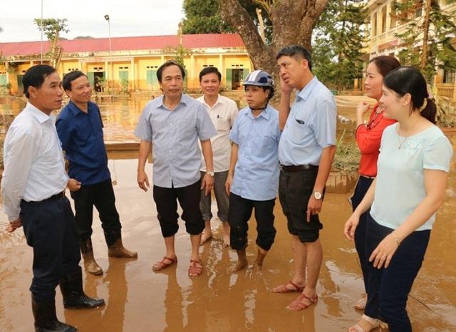 Ông Phạm Đăng Quyền (ngoài cùng bên trái), Phó Chủ tịch UBND tỉnh Thanh Hóa thăm hỏi, động viên các thầy cô giáo bị ảnh hưởng mưa lũ tại huyện Cẩm Thủy