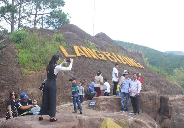 Du khách tham quan và chụp ảnh tại Đường Hầm Đất Sét Đà Lạt