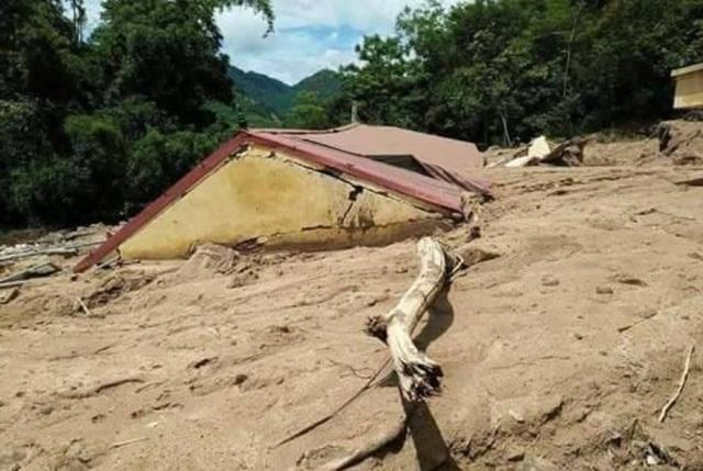 Trường học bị bùn đất nhấn chìm