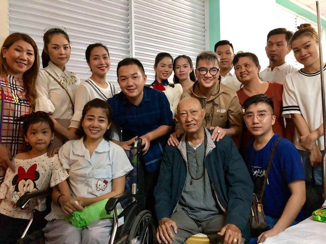Các nghệ sĩ cùng các mạnh thường quân thực hiện 2 đêm nhạc đã vào viện thăm Mai Phường và Lê Bình, cùng trao tặng tiền cho 2 nghệ sĩ