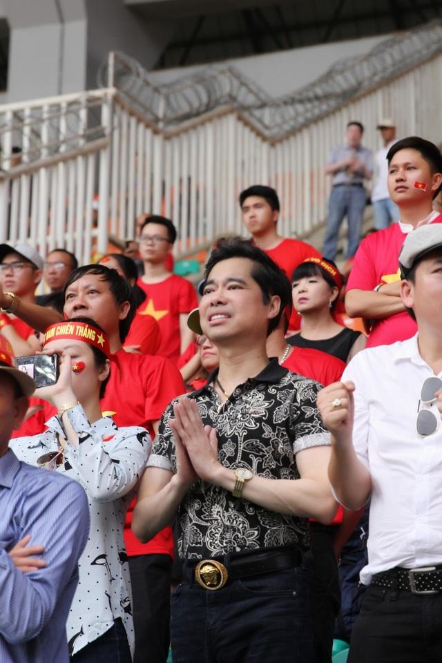 Ngọc Sơn cũng bày tỏ, trái tim anh đập rộn ràng theo những tiếng reo hò cổ vũ, theo cả những nụ cười và nước mắt của hàng trăm người hâm mộ Việt xung quanh mình. Anh nói: Bóng đá là môn thể thao vua, phổ biến trên rất nhiều quốc gia trên thế giới. Nhưng tại sao lại chỉ ở Việt Nam bóng đá có sức mạnh đến thế, sức mạnh để khiến người hâm mộ đổ ra đường hò reo dù đội tuyển của chúng ta không vô địch?.