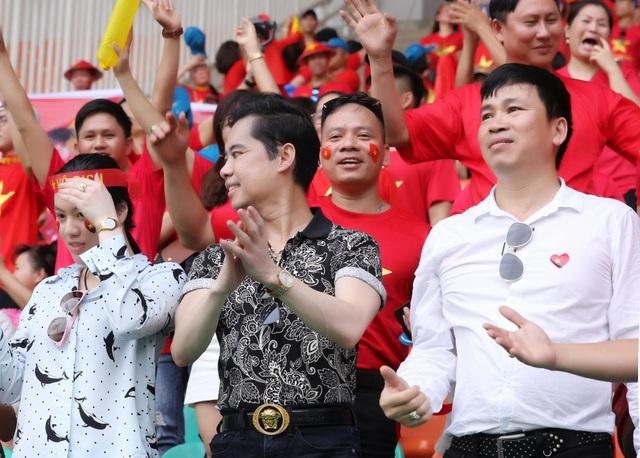 Ngày hôm nay, Ngọc Sơn đứng giữa biển đỏ của cổ động viên Việt, tôi thấy mình thật nhỏ bé nhưng cũng thật lớn lao. Sức mạnh của cộng đồng tiếp sức cho các chàng trai Olympic Việt Nam, và sự nỗ lực hết mình trên sân của họ là lời hồi đáp tuyệt vời nhất dành cho những yêu thương ấy - Ngọc Sơn xúc động chia sẻ.