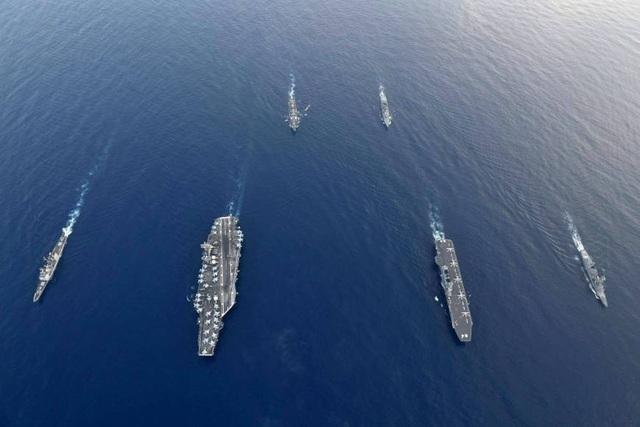 Nhóm tác chiến tàu sân bay Mỹ USS Ronald Reagan ngày 31/8 đã tiến hành tập trận với Đội tàu hộ tống tấn công số 4 do tàu sân bay trực thăng Kaga dẫn đầu tại Biển Đông. Cuộc tập trận này là một phần trong chuyến đi hiếm hoi của tàu Kaga cùng hai tàu khu trục mang tên lửa Nhật Bản là Inazuma và Suzutsuki tới Biển Đông. Trong ảnh: Các tàu Mỹ gồm tàu khu trục mang tên lửa dẫn đường USS Antietam, tàu sân bay USS Ronald Reagan, tàu khu trục mang tên lửa dẫn đường USS Milius và các tàu Nhật gồm tàu sân bay trực thăng Kaga và tàu khu trục Inazuma tham gia cuộc tập trận song phương ở Biển Đông. (Ảnh: Japan Times)