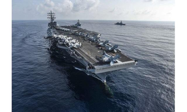 """""""Tập trận chung với Đội tàu hộ tống tấn công số 4 (Nhật Bản) là cơ hội tuyệt vời để kết nối nhóm tác chiến tàu sân bay của chúng tôi với nhóm tác chiến của Lực lượng Phòng vệ Hàng hải Nhật Bản, đồng thời đẩy mạnh khả năng tác chiến chung mà chúng tôi đã xây dựng suốt nhiều năm qua giữa lực lượng quân sự hai nước"""", Chuẩn Đô đốc Karl O. Thomas, chỉ huy nhóm tác chiến 70 của Mỹ tại Nhật Bản, cho biết. Trong ảnh: Tàu sân bay USS Ronald Reagan của Mỹ (trước) và tàu khu trục mang tên lửa dẫn đường USS MIlius tập trận chung với các tàu Nhật Bản trên Biển Đông. (Ảnh: US Navy)"""
