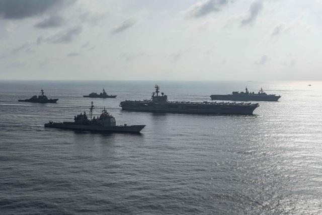 Kaga là tàu chiến mới nhất và lớn nhất của Nhật Bản, mới được biên chế vào Lực lượng phòng vệ hàng hải Nhật Bản mùa xuân năm ngoái. Tàu có tải trọng 27.000 tấn, có khả năng mang 14 trực thăng lớn. Mỹ cũng triển khai nhóm tác chiến tàu sân bay Ronald Reagan tới các khu vực hoạt động của Hạm đội 7 để ủng hộ an ninh và ổn định tại Ấn Độ - Thái Bình Dương. Trong ảnh: Các tàu của Mỹ và Nhật Bản tập trận trên Biển Đông ngày 31/8. (Ảnh: Reuters)