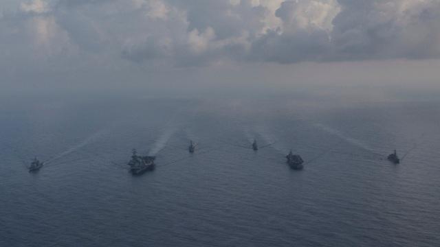 """Các nguồn tin chính phủ Nhật Bản cho biết việc triển khai đội tàu tham gia tập trận cùng Mỹ phù hợp với chiến lược Ấn Độ - Thái Bình Dương """"mở và tự do"""" của Thủ tướng Shinzo Abe. Bộ Tư lệnh Thái Bình Dương của Mỹ tăng cường quan hệ với các quốc gia trong khu vực trong bối cảnh Trung Quốc ngày càng gia tăng ảnh hưởng và có nhiều động thái đòi hỏi yêu sách chủ quyền phi lý tại các vùng biển tranh chấp như Biển Đông, biển Hoa Đông. (Ảnh: Reuters)"""