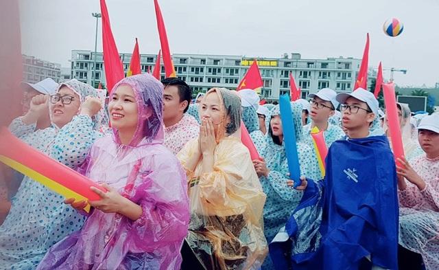 Các CĐV đầu cầu Quảng Ninh có chút lo lắng khi Hoàng Cường thi dưới sức ở phần thi Khởi động.