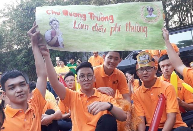 Những CĐV tại điểm cầu TPHCM giương cao băng rôn Chu Quang Trường làm điều phi thường.