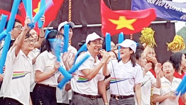 Niềm vui trong mưa của CĐV đầu cầu Quảng Ninh khi biết Hoàng Cường tiến sát tới chiến thắng.