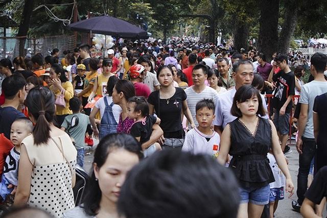 Ngay từ sáng 2/9, hàng nghìn người dân đã đổ về các khu vui chơi giải trí trên địa bàn Hà Nội để tham quan, vui chơi. Công viên Thủ Lệ cũng đông nghịt người, chủ yếu là các gia đình tranh thủ ngày nghỉ lễ mát trời đưa con đến đây khám phá thế giới động vật.