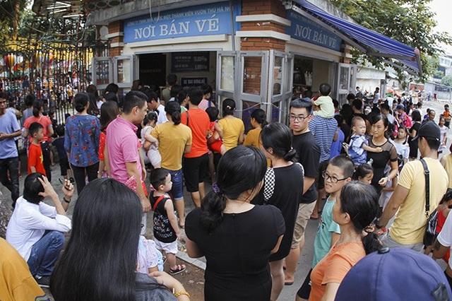 Với thời tiết khá mát mẻ và dễ chịu, thay vì chọn cách đi du lịch xa, nhiều người dân Hà Nội đã chọn cách nghỉ ngơi đơn giản, ít tốn kém tại các điểm vui chơi giải trí trong nội thành.