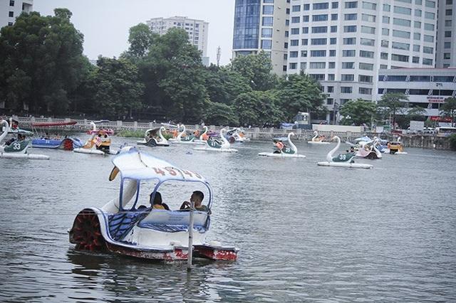 Nhiều gia đình đã đổ về Công viên Thủ Lệ cùng đạp vịt, thư giãn sau những ngày làm việc căng thẳng.