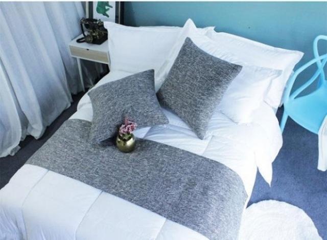 Chiếc khăn được trải ngang ở cuối giường khách sạn có tác dụng ngăn cách bụi khi để đồ lên giường