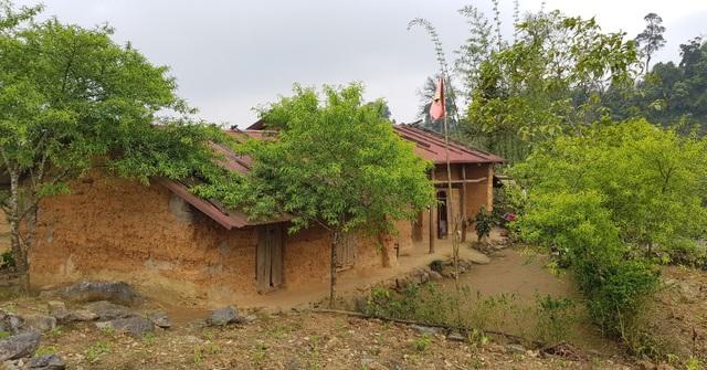 Lớp học nằm đơn độc trên một quả đồi cao, cách xa khu dân cư.