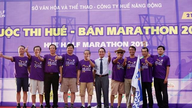Lãnh đạo tỉnh và các sở ban ngành chụp ảnh lưu niệm ở cuộc thi Huế - Bán Marathon 2018 tổ chức tại quảng trường Ngọ Môn