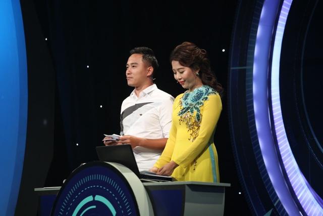 MC Ngọc Huy (bên trái) song hành cùng MC Diệp Chi trong trận Chung kết Đường lên đỉnh Olympia (Ảnh: Kim Bảo Ngân)