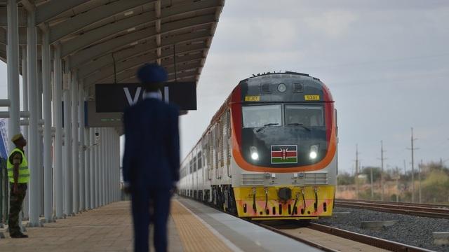Tuyến đường sắt mới do Trung Quốc xây dựng tại Kenya khánh thành năm 2017 là dự án cơ sở hạ tầng lớn nhất của Kenya từ sau khi giành độc lập vào năm 1963 (Ảnh: AFP)