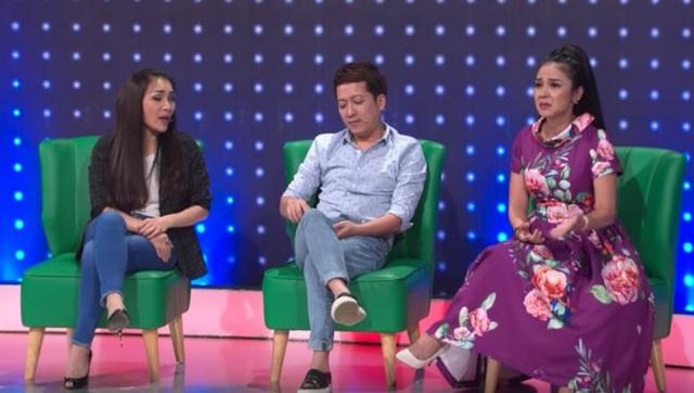 Xuất hiện trong chương trình gameshow, Việt Trinh (phải) nhiều lần bị Trấn Thành bóc mẽ.