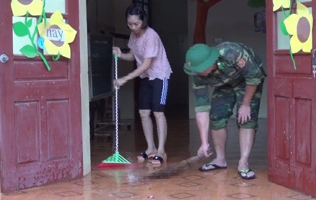 Bộ đội cùng giáo viên dọn dẹp trường lớp