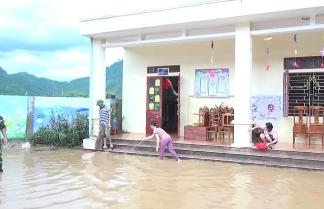 Nhiều trường học vẫn ngập chìm trong nước lũ