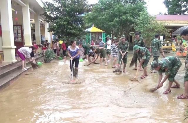Bộ đội giúp nhà trường dọn dẹp sau lũ