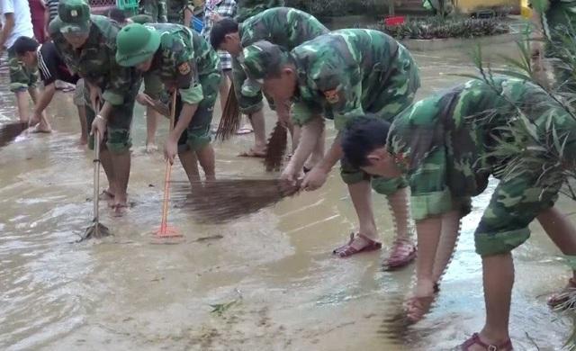 Đảng ủy, Ban chỉ huy Tiểu đoàn huấn luyện - cơ động đã cử hơn 60 lượt cán bộ, chiến sỹ đến giúp nhà trường dọn dẹp chuẩn bị cho năm học mới