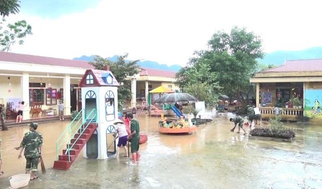 Tích cực dọn dẹp tại các nhà trường sau khi nước rút