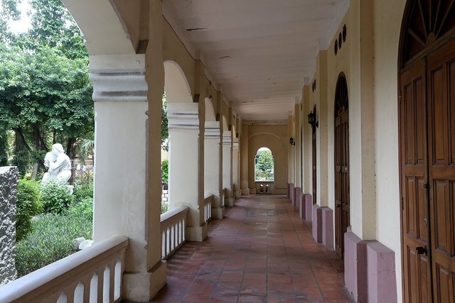 Tòa nhà là 1 trong những công trình kiến trúc Pháp đầu tiên ở Sài Gòn, hiện vẫn còn khá nguyên vẹn.