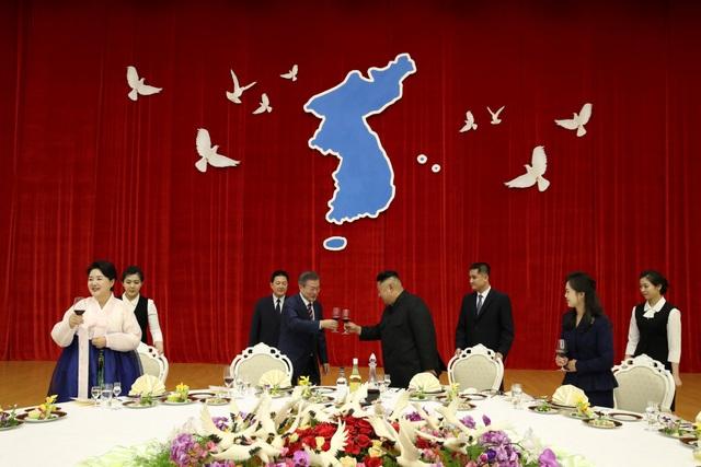 Biểu tượng bán đảo Triều Tiên thống nhất màu xanh và những cánh chim hòa bình trên phông nền và cả bàn tiệc tại buổi chiêu đãi Tổng thống Hàn Quốc tối ngày 18/9 (Ảnh: Reuters)