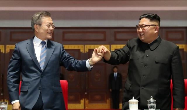 Hai nhà lãnh đạo Triều Tiên và Hàn Quốc nắm tay nhau sau khi xem xong buổi trình diễn hoàng tráng. (Ảnh: Reuters)