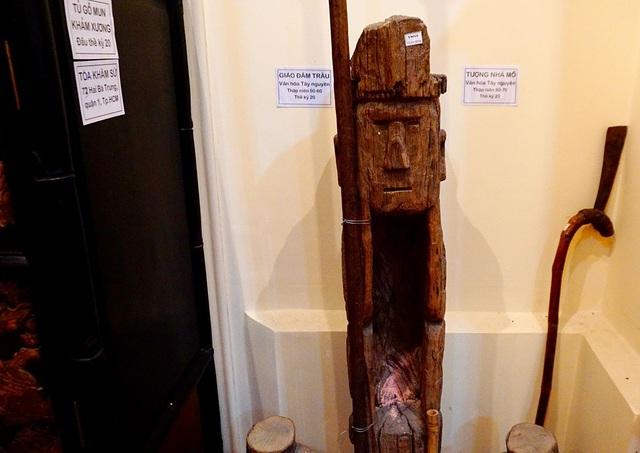 Bức tượng nhà mồ của các dân tộc ở Tây Nguyên đầu thế kỷ 20.