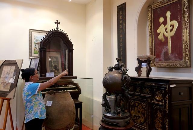 Những đồ dùng gia đình của người Việt trong khoảng thế kỷ 19 như tủ, bàn, bức hoành phi, bình phong, đỉnh đồng... được trưng bày.