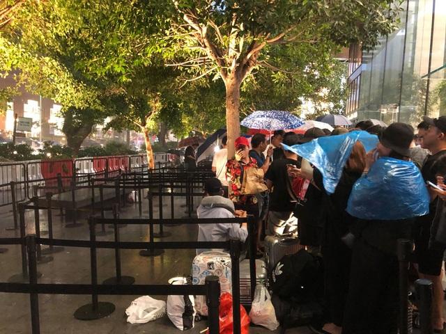 """Người Việt xếp hàng mua iPhone ở Singapore bị """"hành"""" trong cơn mưa lớn - 2"""